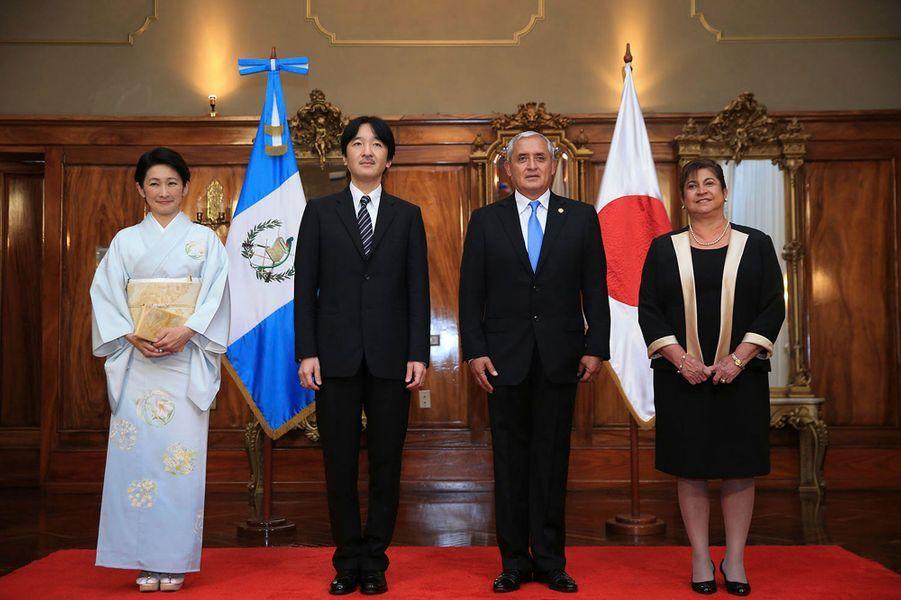 Le prince impérial du Japon Akishino et la princesse Kiko avec Otto Perez Molina à Guatemala le 1er octobre 2014
