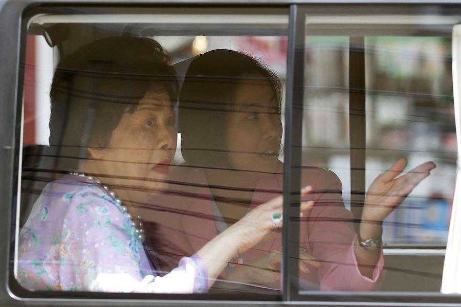 La reine Sirikit accompagne le roi Bhumibol à sa sortie d'hôpital, le 10 mai 2015