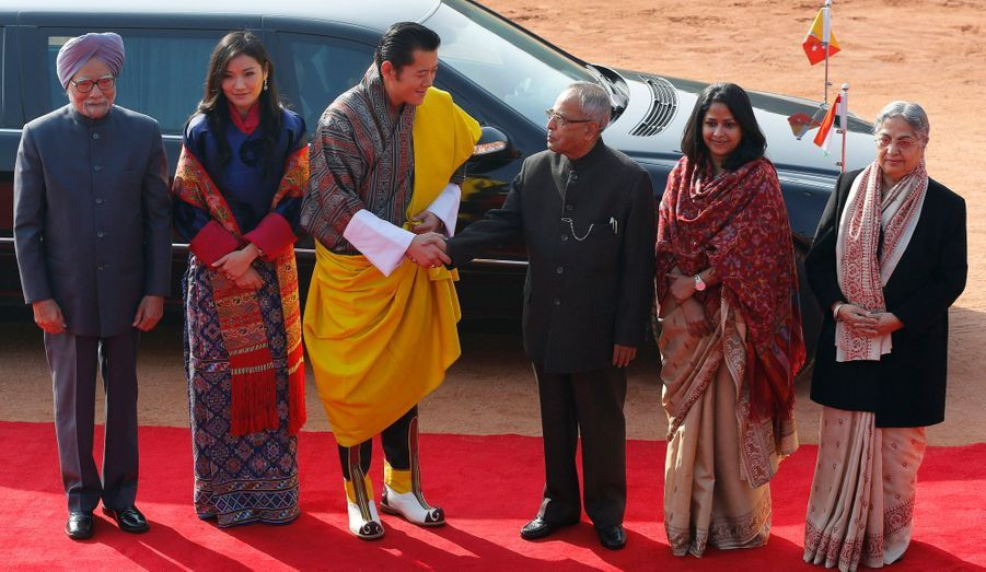 De gauche à droite : Le premier ministre Manmohan Sing, la reine Jetsun Pema, le roi Jigme Khesar Namgyel Wangchuck, le président indien Pranab Mukherjee, sa fille Sharmistha Mukherjee, et l'épouse de Manmohan Sing, Gursharan Kaur.