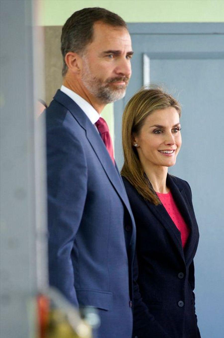 Le roi Felipe VI d'Espagne et la reine Letizia dans une école secondaire à Calahorra dans La Rioja, le 7 octobre 2014