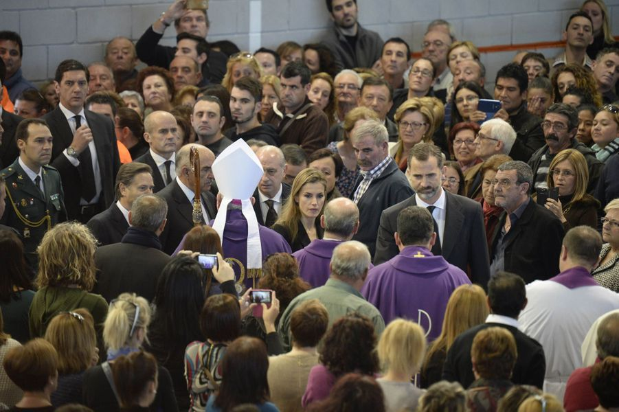 Le roi Felipe VI d'Espagne et la reine Letizia assistent aux funérailles des victimes de l'accident d'autocar, à Bullas le 10 novembre 2014