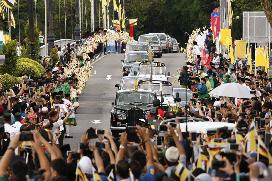 Défile en Rolls Royce lors du jubilé d'or des 50 ans de règne du sultan de Brunei Hassanal Bolkiah à Bandar Seri Begawan le 5 octobre 2017