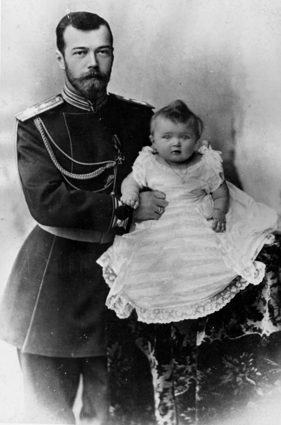 Le tsar de Russie Nicolas II avec la grande-duchesse Olga en 1895