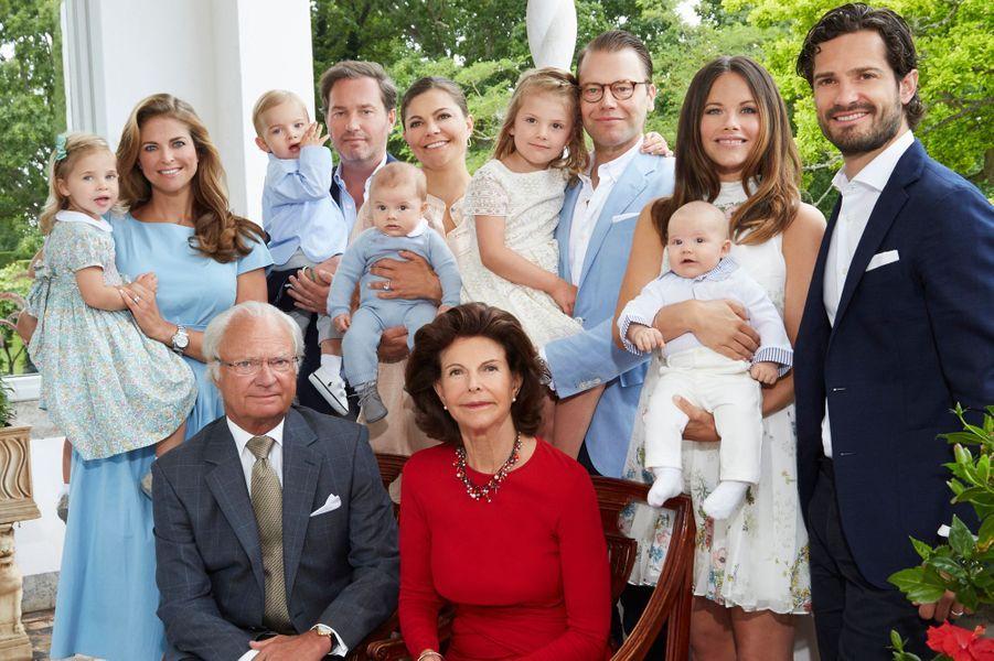 La plus familiale - A l'occasion de la nouvelle année, la reine Silvia et le roi Carl XVI Gustaf de Suède ont dévoilé ce dimanche 1er janvier une nouvelle photo rassemblant leur belle famille.