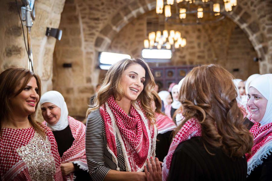 La plus conviviale - Elle-même addict des réseaux sociaux, la reine Rania de Jordanie était ce mercredi 11 janvier en compagnie de Jordaniennes fortement investies sur Facebook.