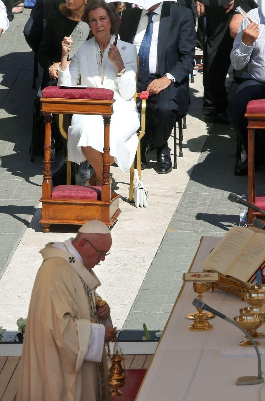 L'ancienne reine Sofia d'Espagne a très officiellement représenté son fils le roi Felipe VI à la cérémonie de canonisation de Mère Teresa, ce dimanche 4 septembre au Vatican.
