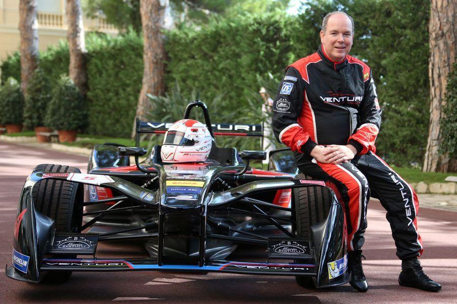 Le Prince Albert II de Monaco, au volant, a présenté ce lundi 26 septembre la nouvelle monoplace de l'écurie Venturi de Formule Electrique, en roulant sur quelques mètres, en petit comité, dans les jardins privés du Palais.