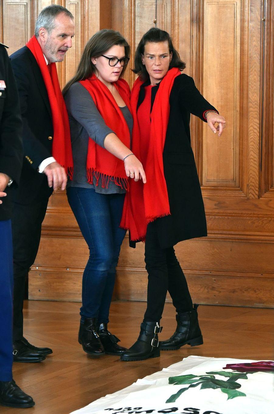 """La plus complice - La princesse Stéphanie de Monaco et sa fille Camille Gottlieb ont participé au déploiement des """"Courtepointes"""" en mémoire des victimes du SIDA, au Musée Océanographique de Monaco, ce lundi 28 novembre."""