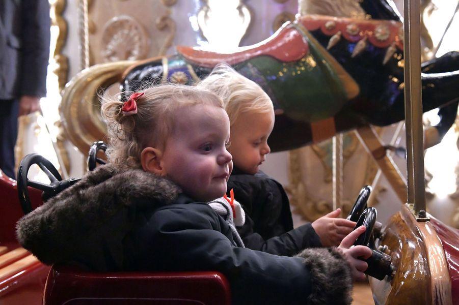 La plus mignonne - A quelques jours du second anniversaire de leurs jumeaux le prince héréditaire Jacques et la princesse Gabriella, le prince Albert II de Monaco et son épouse la princesse Charlène leur ont offert une promenade magique ce samedi 3 décembre au Village de Noël à Monaco.