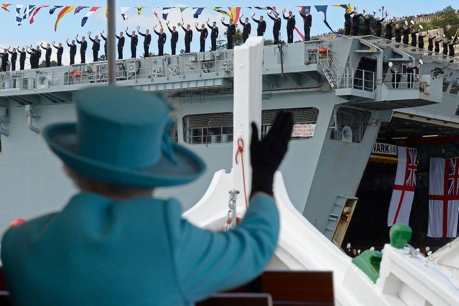 Pour le dernier jour de leur séjour à Malte ce samedi 28 novembre, la reine Elizabeth II, accompagnée du prince Philip, a embarqué à bord d'un dghajsa dans le Grand port de La Valette, guidée par le souvenir de son père. Au cours de la traversée, elle a croisé le navire d'assaut amphibie HMS Bulwark et son équipage au garde-à-vous sur le pont. Le prince Charles et sa femme Camilla ont quant à eux visité Mdina.Chaque dimanche, le Royal Blog de Paris Match vous propose de voir ou revoir les plus belles photographies de la semaine royale.