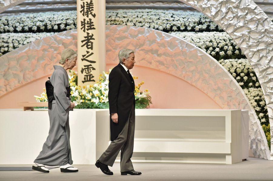 Un hommage national était rendu ce vendredi 11 mars au Japon, en présence de l'empereur Akihito et de l'impératrice Michiko, aux victimes du séisme et du tsunami survenus le 11 mars 2011 dans le nord-est de l'archipel, catastrophe naturelle amplifiée par un accident nucléaire dont le pays n'est pas remis.Chaque dimanche, le Royal Blog de Paris Match vous propose de voir ou revoir les plus belles photographies de la semaine royale.