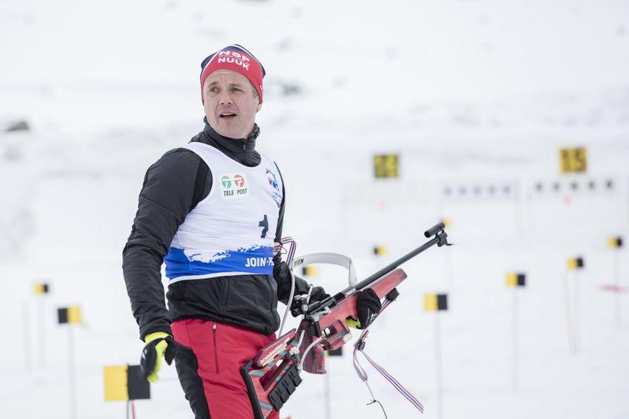 Ce lundi 7 mars, le prince héritier Frederik de Danemark, fils aîné de la reine Margrethe II, a participé à une compétition de biathlon à Nuuk, au Groenland, territoire dépendant de la couronne danoise. Là, se déroulait la 22e édition des Jeux d'hiver de l'Arctique.Chaque dimanche, le Royal Blog de Paris Match vous propose de voir ou revoir les plus belles photographies de la semaine royale.