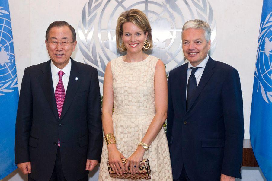 La reine Mathilde de Belgique, entre le Secrétaire-Général de l'Onu Ban Ki-moon et Didier Reynders, Vice-Premier ministre et ministre des Affaires étrangères de Belgique.