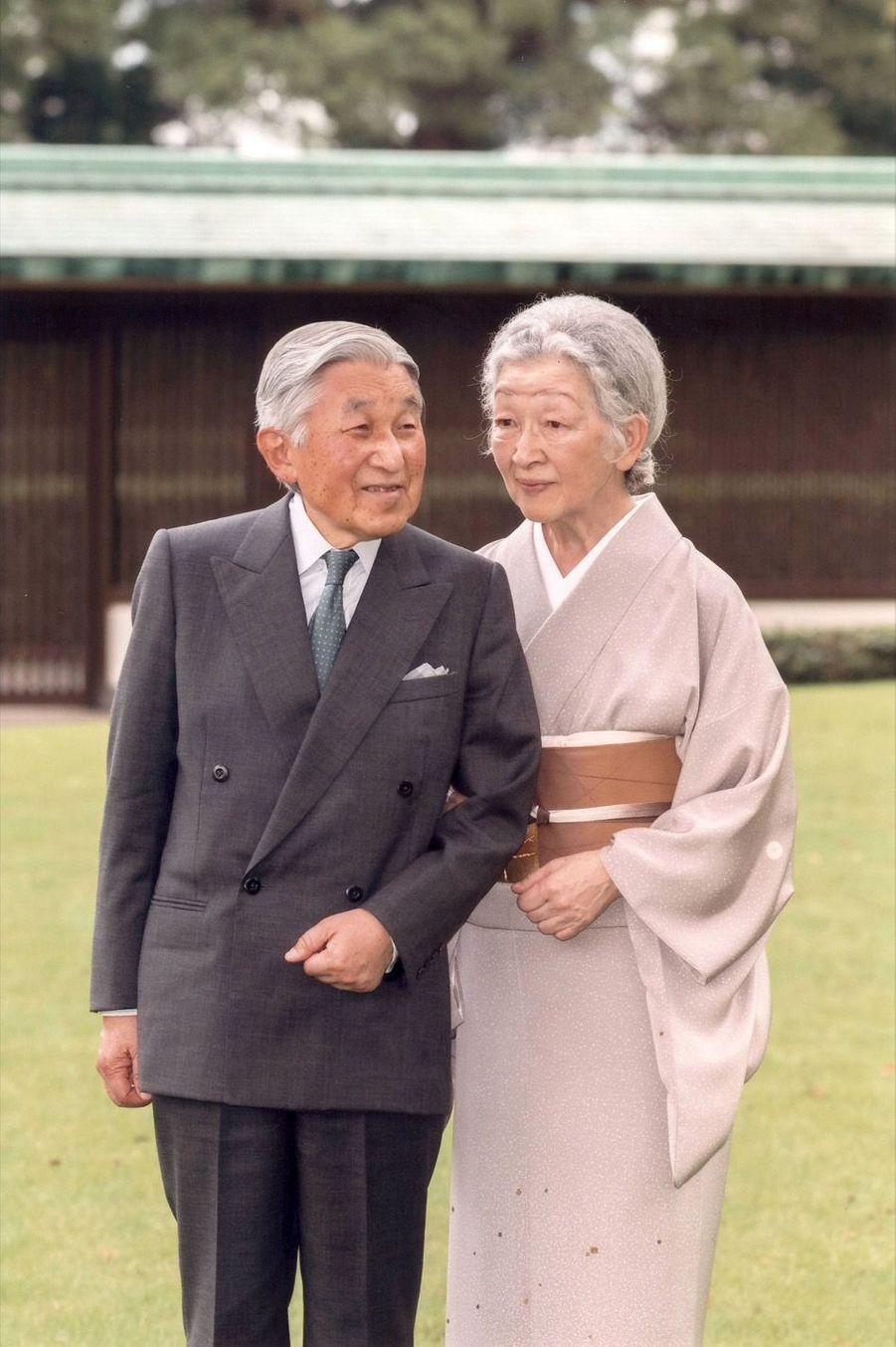 """Pour ses 82 ans, l'impératrice Michiko évoque """"l'abdication"""" de son époux"""