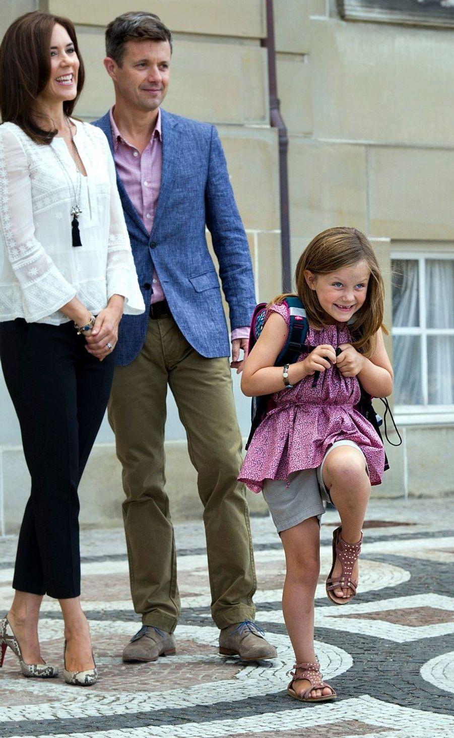 Premier jour d'école pour la princesse Isabella