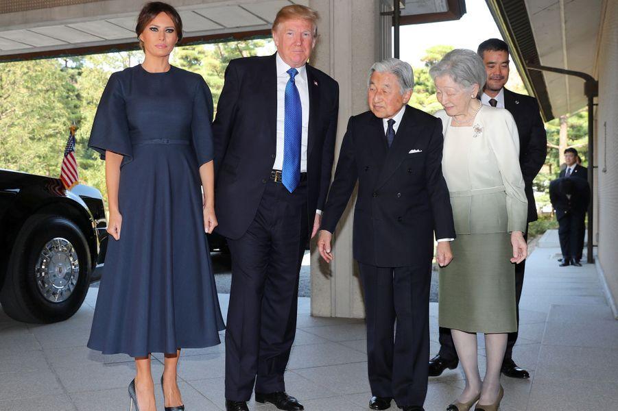 CASA IMPERIAL DE JAPÓN - Página 6 Michiko-Et-Akihito-Du-Japon-Avec-Melania-Et-Donald-Trump-A-Tokyo-Le-6-Novembre-2017-3