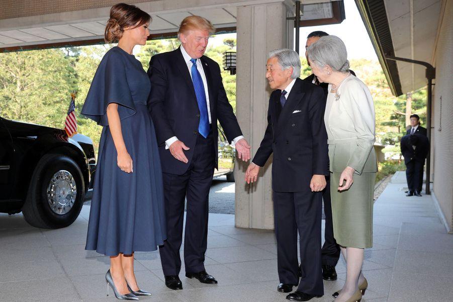 CASA IMPERIAL DE JAPÓN - Página 6 Michiko-Et-Akihito-Du-Japon-Avec-Melania-Et-Donald-Trump-A-Tokyo-Le-6-Novembre-2017-4