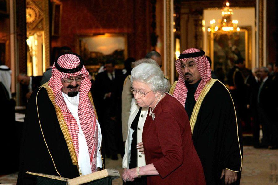 Le roi Abdallah avec la reine Elizabeth II à Londres, le 30 octobre 2007