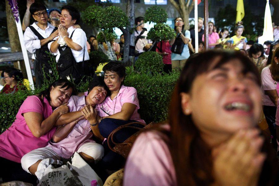 """""""Que sera notre pays sans notre père ?"""" : les Thaïlandais sous le choc"""