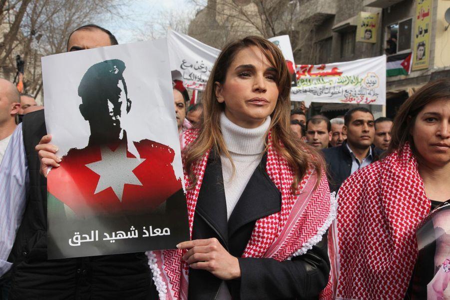 La Reine Rania De Jordanie défile en mémoire du pilote Maaz Al Kassasbeh, le 6 février 2015