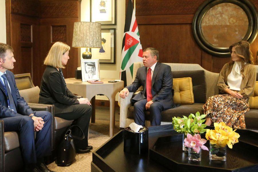La reine Rania avec le roi Abdallah II de Jordanie avec Federica Mogherini à Amman, le 22 mars 2016