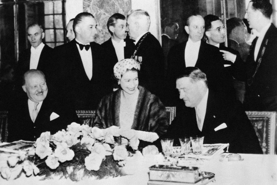 La reine Elizabeth II avec le président Coty (à droite) au château de Versailles, le 10 avril 1957