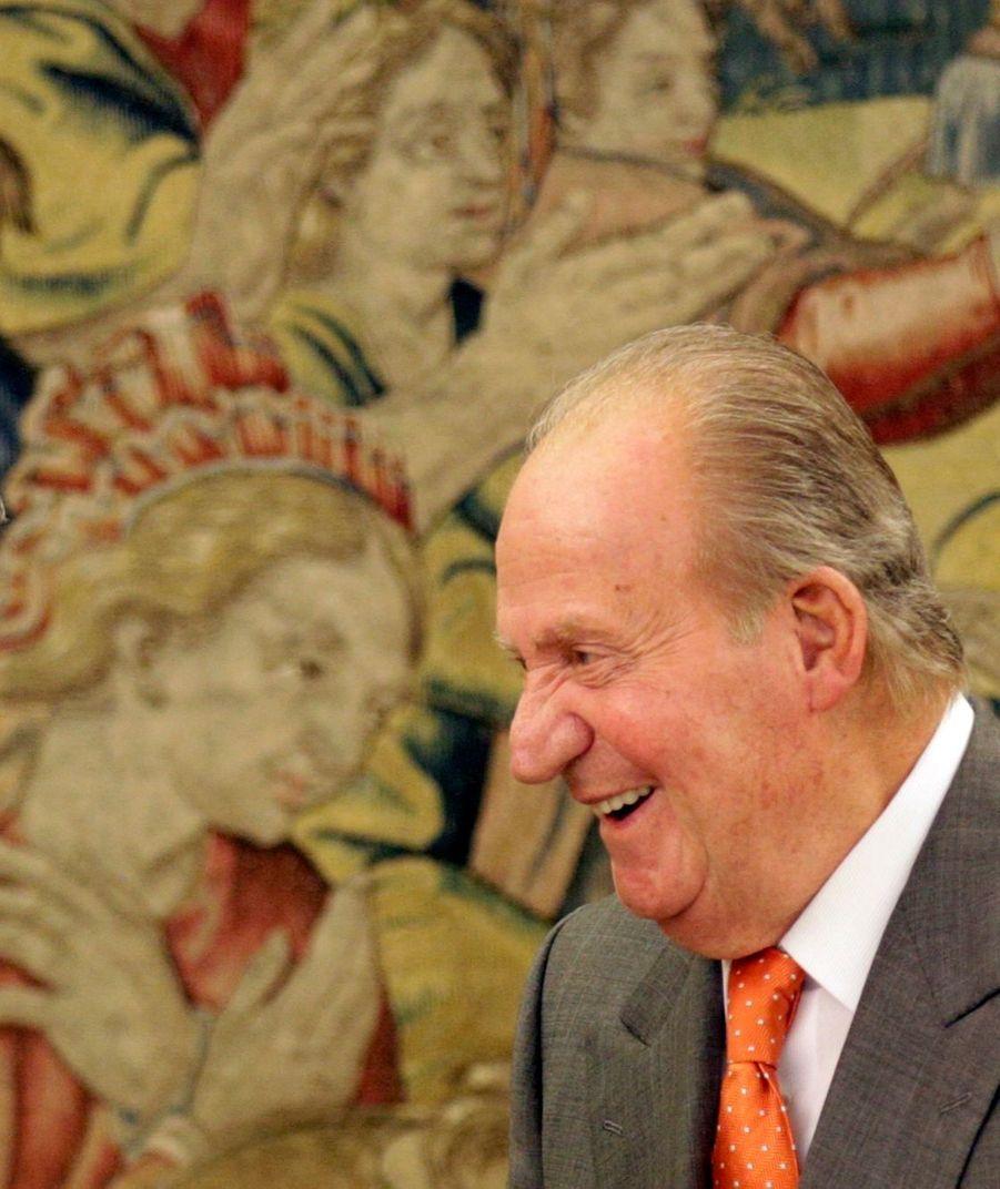 """A près d'une semaine de l'abdication officielle de Juan Carlos et de la montée sur le trône de Felipe, la famille royale d'Espagne est toujours très active... Le roi, sa reine, le prince héritier et son épouse, mais aussi l'infante Elena étaient tous de sortie entre hier et aujourd'hui.Au Palais de la Zarzuela, Juan Carlos a reçu le responsable espagnol du CIO mercredi, puis le secrétaire général de l'Otan Anders Fogh Rasmussen ce jeudi. La reine Sofia, quant à elle, était mercredi au conseil annuel de l'association des """"Femmes pour l'Afrique"""". Mercredi également, l'infante Elena était l'hôtesse d'une rencontre des Jeunes peintres de la Nation. Enfin, Felipe et Letizia ont visité mercredi la """"Résidence des Étudiants"""" à Madrid, puis le Musée Archéologique de la capitale espagnole, jeudi."""