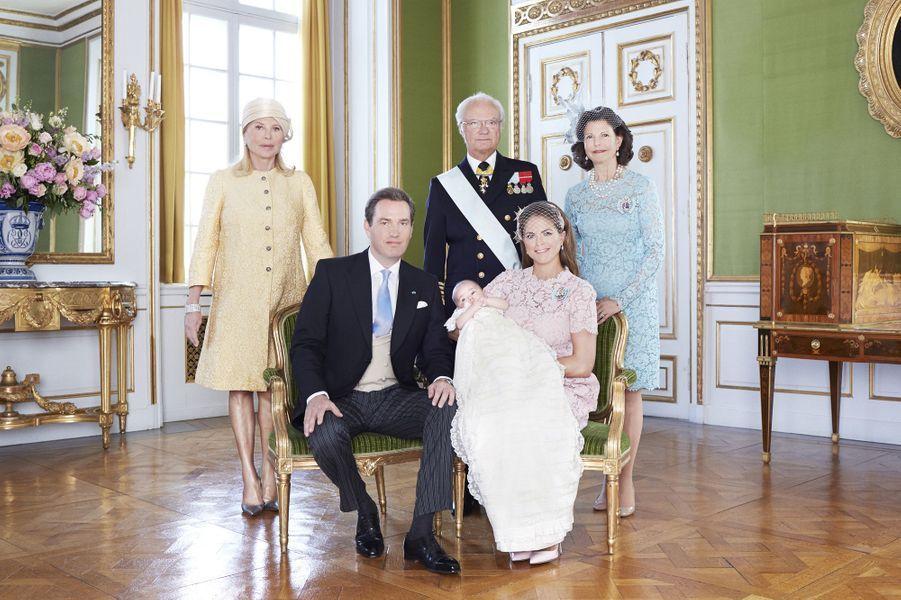 Photo officielle avec ses grands-parents, la mère de Chris O'Neill, Eva, le roi Carl XVI Gustav et son épouse Silvia
