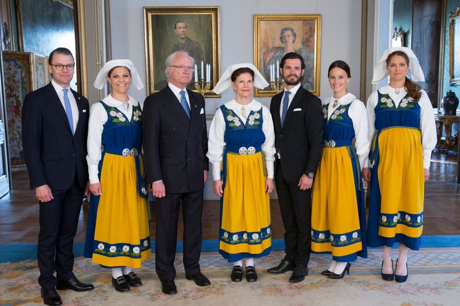 L'an passé, c'était en solo que le prince Carl Philip de Suède avait pris part à la Journée nationale à Stockholm aux côtés de ses parents le roi Carl XVI Gustaf et la reine Silvia et de ses sœurs les princesses Victoria et Madeleine, accompagnées de leurs époux. Mais ce samedi 6 juin, sa chère Sofia Hellqvist était tout près de lui, au sein de la famille royale de Suède.Chaque dimanche, le Royal Blog de Paris Match vous propose de voir ou revoir les plus belles photographies de la semaine royale.