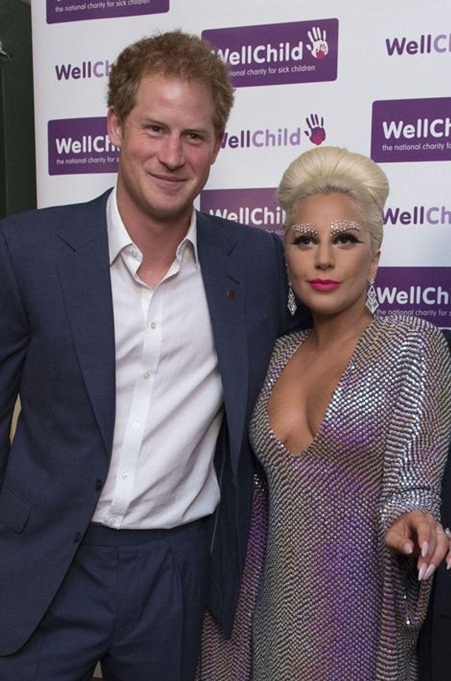 Il ne l'avait apparemment jamais encore rencontrée. Ce lundi 8 juin, le prince Harry a fait la connaissance de la sulfureuse chanteuse américaine Lady Gaga, venue chanter au Royal Albert Hall à Londres au profit de l'association WeelChild qu'il parraine.Chaque dimanche, le Royal Blog de Paris Match vous propose de voir ou revoir les plus belles photographies de la semaine royale.