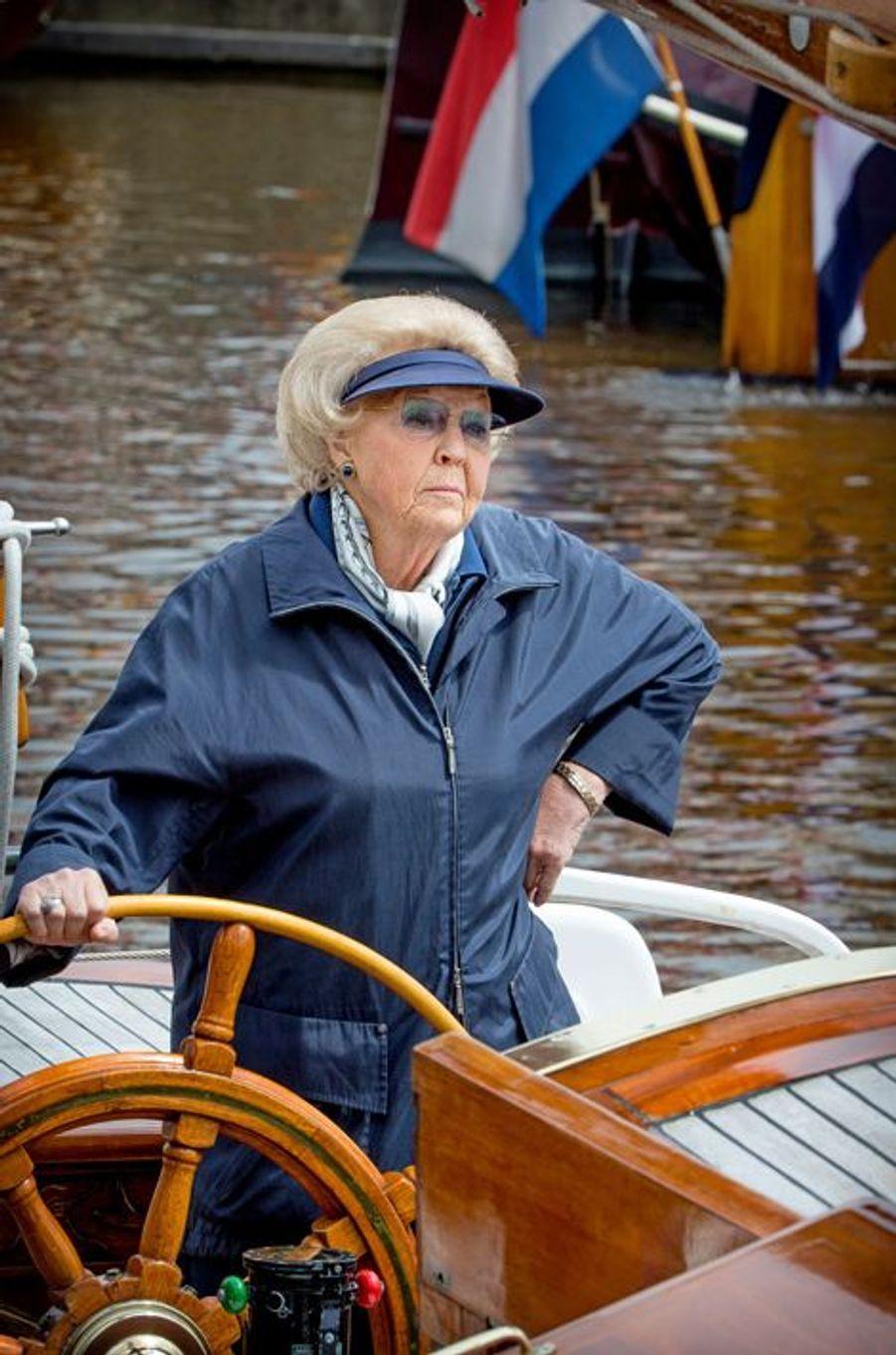 D'ordinaire coiffée de grands chapeaux ronds, l'ex-reine Beatrix avait préféré ce samedi 20 juin arborer une simple visière. Il faut dire qu'elle était en mode marin, le temps d'une balade sur son yacht «De Groene Draeck» (Le Dragon vert) qui lui a été offert par les Pays-Bas pour ses 18 ans, en 1956.Chaque dimanche, le Royal Blog de Paris Match vous propose de voir ou revoir les plus belles photographies de la semaine royale.