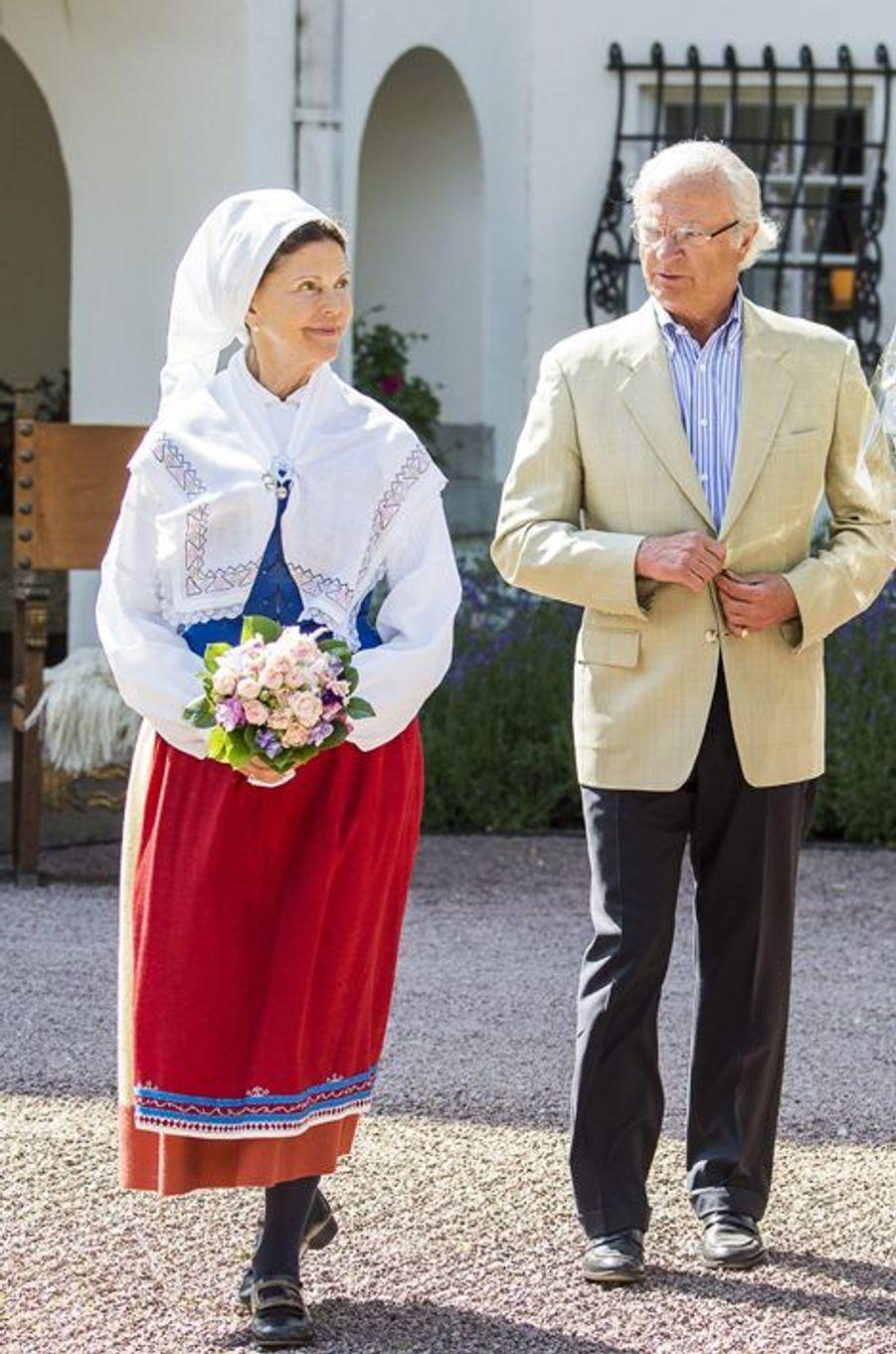 Ce mardi 7 juillet, la reine Silvia, qui a pris ses quartiers d'été en famille sur l'île d'Öland, a revêtu une tenue traditionnelle pour participer, avec son époux le roi Carl XVI Gustaf de Suède, à la remise d'un prix.Chaque dimanche, le Royal Blog de Paris Match vous propose de voir ou revoir les plus belles photographies de la semaine royale.