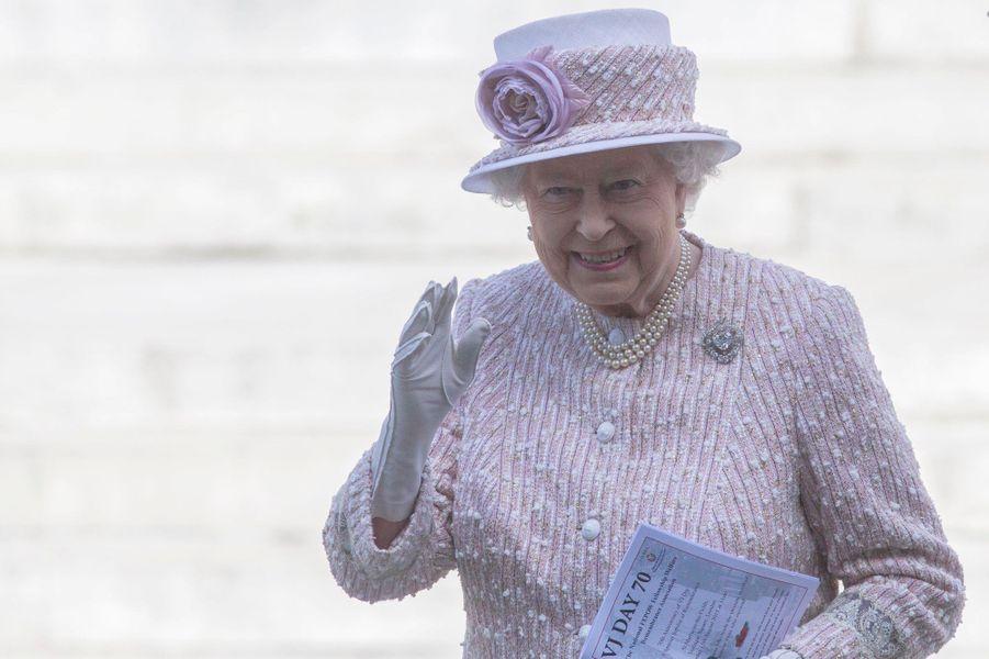 Ce samedi 15 août, la reine Elizabeth II a assisté à un service religieux commémorant le 70eanniversaire du V-J Day (la victoire sur le Japon) mettant fin à la Seconde Guerre mondiale, dans l'église St. Martin-in-the-Fields sur Trafalgar Square, en présence de vétérans et d'anciens prisonniers de guerre. Elle était accompagnée de son époux le prince Philip, son benjamin le prince Edward et la femme de celui-ci Sophie de Wessex.Chaque dimanche, le Royal Blog de Paris Match vous propose de voir ou revoir les plus belles photographies de la semaine royale.