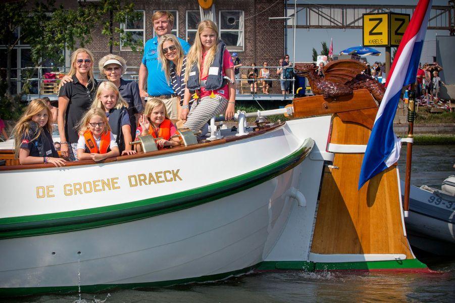 On avait quitté Maxima au bord de la mer avec ses trois filles –les princesses Catharine-Amalia, Alexia et Ariane- et son époux le roi Willem-Alexander des Pays-Bas le 10 juillet dernier. C'est sur l'eau à bord du «De Groene Draeck» (Le Dragon vert) qu'on les a retrouvés ce samedi 22 août, à l'occasion du Sail Amsterdam 2015, en compagnie de l'ex-reine Beatrix, la princesse Mabel –la veuve du prince Friso, le deuxième fils de Beatrix décédé en 2013- et ses deux filles, les comtesses Luana et Zaria.Chaque dimanche, le Royal Blog de Paris Match vous propose de voir ou revoir les plus belles photographies de la semaine royale.