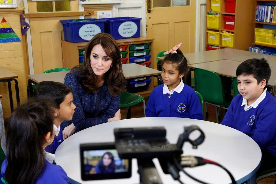 La duchesse de Cambridge, née Kate Middleton, a enregistré un nouveau message vidéo pour l'association caritative Place2Be. Cet organisme, dont l'épouse du prince William est la marraine, a diffusé pour l'occasion, dimanche 7 février, une série de photos du tournage.Chaque dimanche, le Royal Blog de Paris Match vous propose de voir ou revoir les plus belles photographies de la semaine royale.
