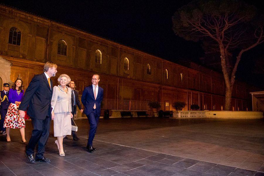 La princesse Beatrix des Pays-Bas avec son neveu le prince Jaime de Bourbon de Parme et son épouse la princesse Viktoria au Vatican, le 23 novembre 2016