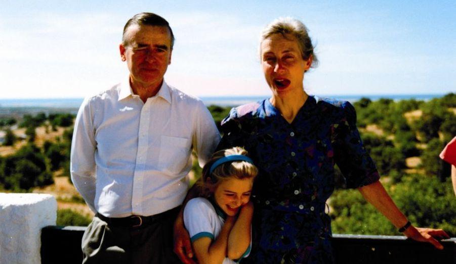 Stéphanie avec ses parents, lors de vacances à Quiberon en France, en 1987