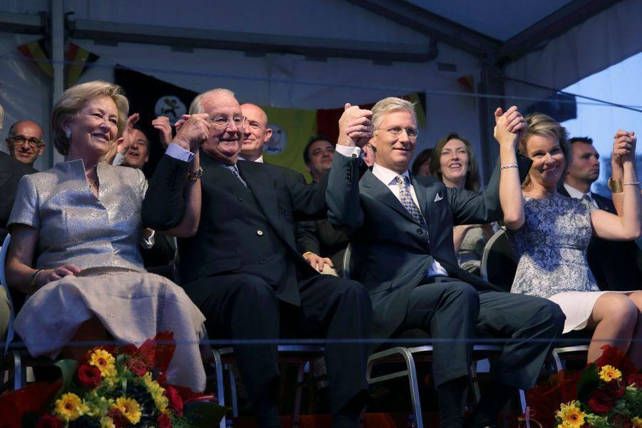 La famille royale chante avec la foule