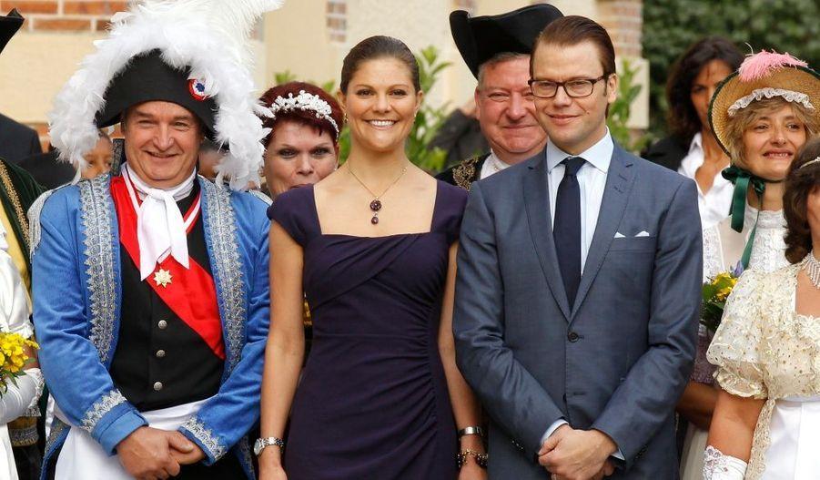 Victoria et Daniel ont été accueillis par des villageois en habits d'époque.