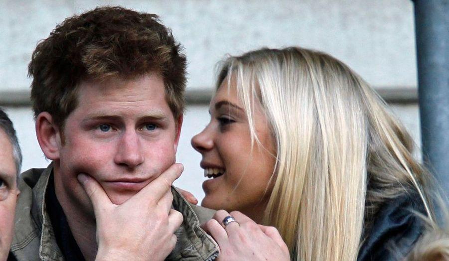 Le Prince Harry est toujours amoureux de la jolie Chelsy Davy. Le fils cadet de Lady Diana et du Prince Charles a roucoulé avec sa belle dans les tribunes de la rencontre de rugby opposant l'Angleterre à l'Australie.