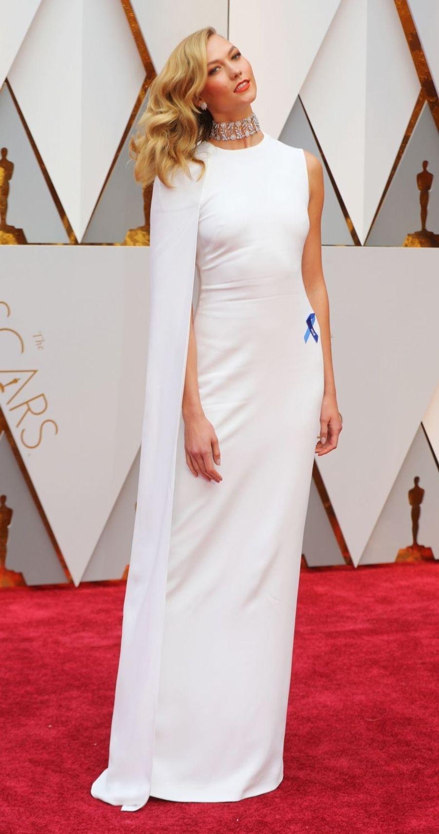 Karlie Kloss, en Stella McCartney, à la cérémonie des Oscars à Los Angeles le 26 février 2017