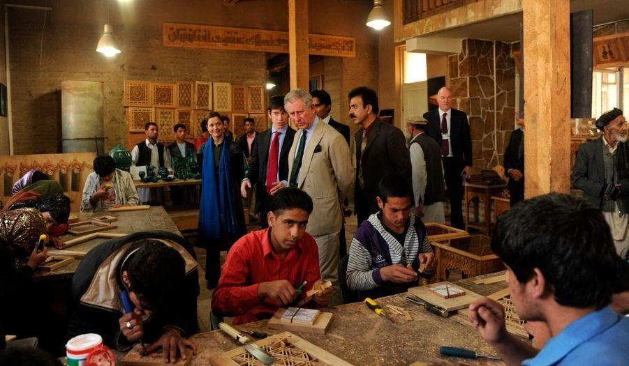 A Kaboul, mercredi, le prince Charles a visité la Fondation de la montagne turquoise, qu'il parraine avec le président Hamid Karzaï, qui est actuellement en visite à Pékin.