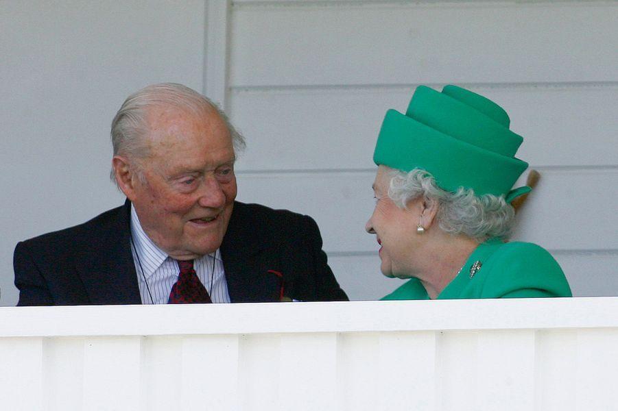 Le duc de Wellington Arthur Valerian Wellesley avec la reine Elizabeth II à une compétition de Polo à Egham, le 22 juin 2008