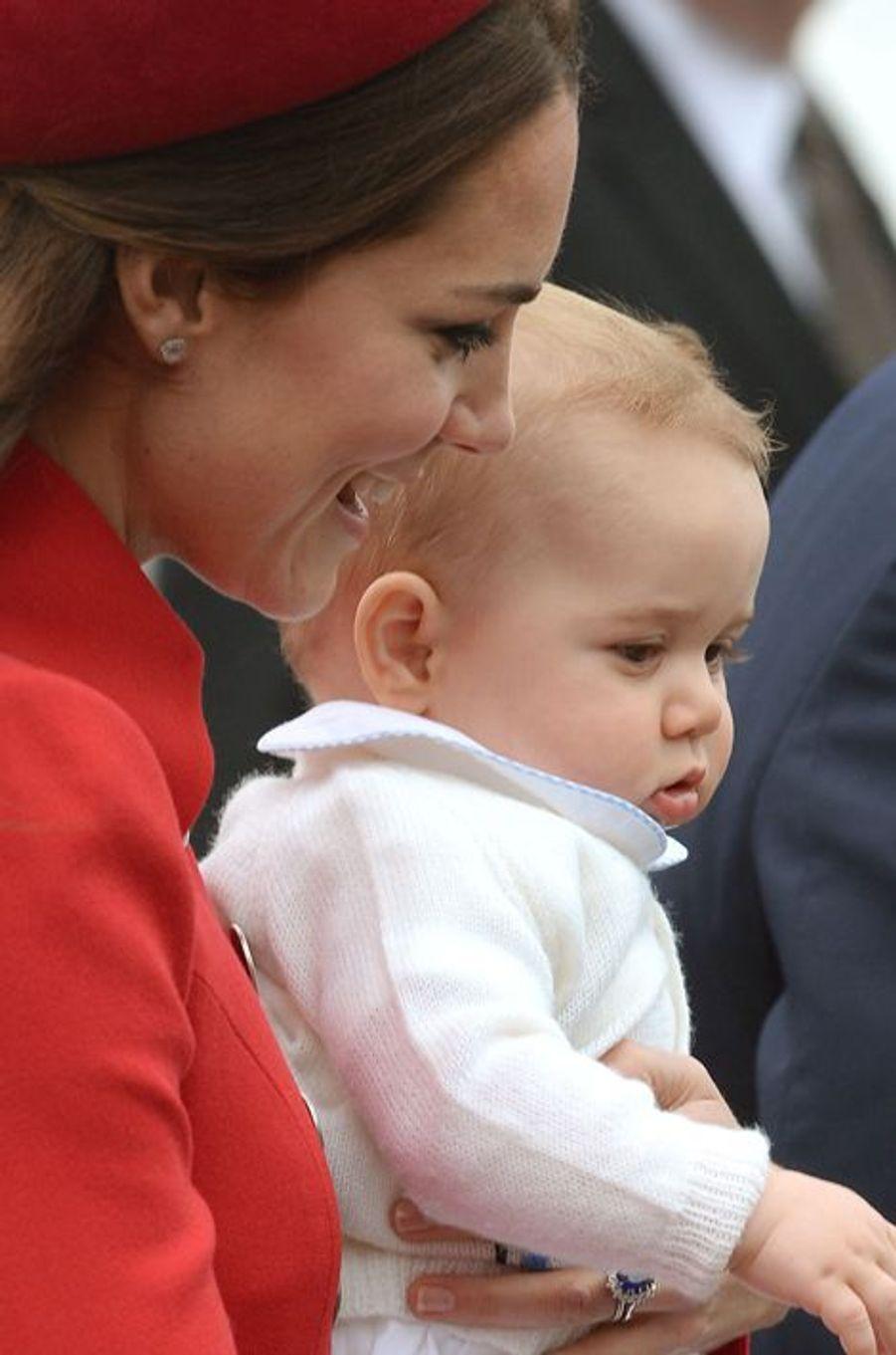 Lundi 07 Avril 2014,le duc et la duchesse de Cambridge arrivent avec le Prince George au terminal militaire de Wellington. Première étape de leurs 18 jours de visite officielle en Nouvelle-Zélande et en Australie .