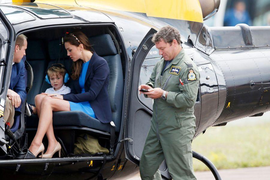 Le prince George avec ses parents la duchesse Catherine de Cambridge et le prince William à Fairford, le 8 juillet 2016