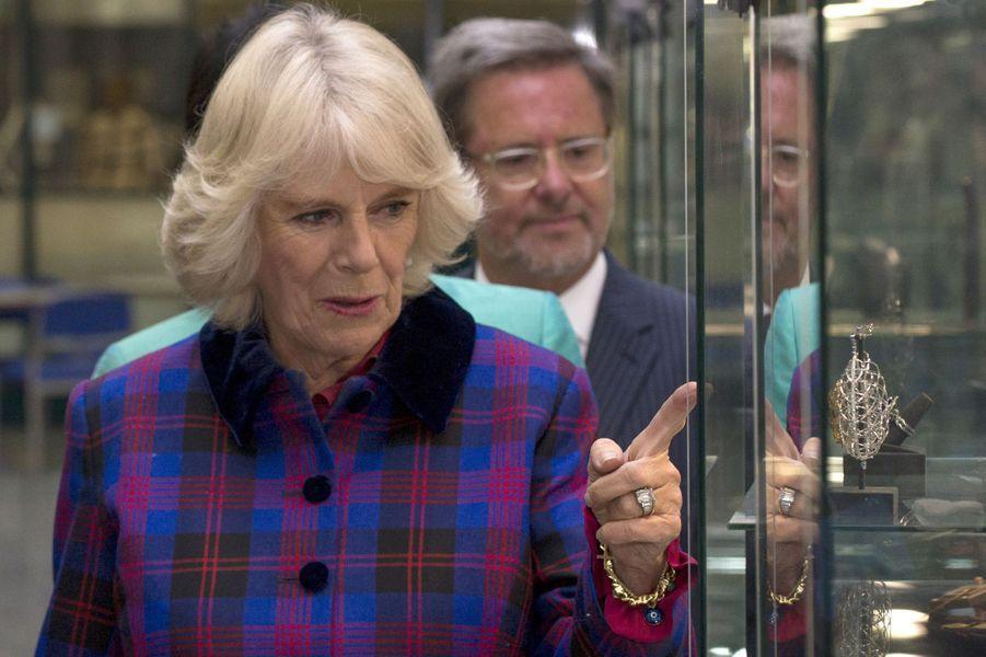 Camilla Parker-Bowles visitent l'école de joaillerie de Birmingham, le 25 novembre 2014