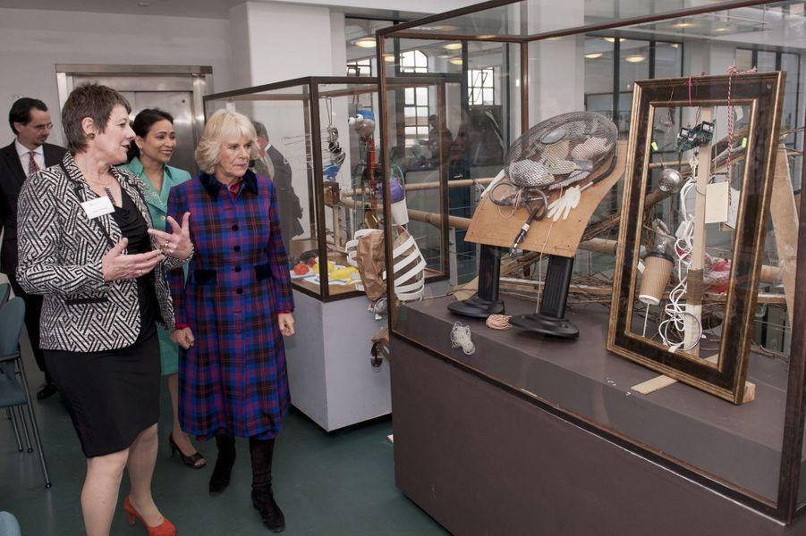 Le prince Charles et Camilla Parker-Bowles visitent l'école de joaillerie de Birmingham, le 25 novembre 2014