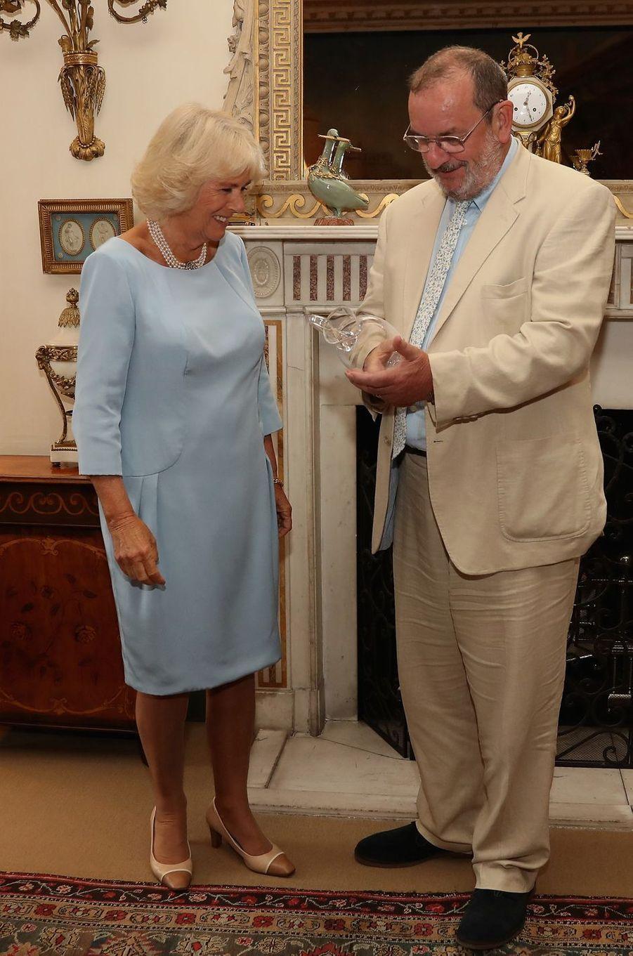 La duchesse de Cornouailles Camilla avec le Pr David Marsh à Londres, le 12 juillet 2016