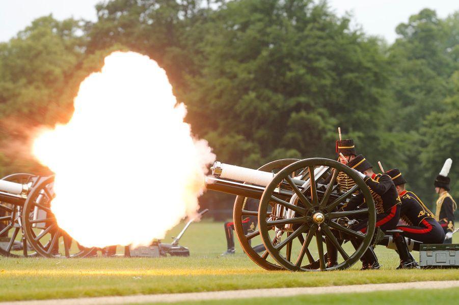 Coups de canon à Hyde Park à Londres pour le 62e anniversaire du couronnement d'Elizabeth II, le 2 juin 2015