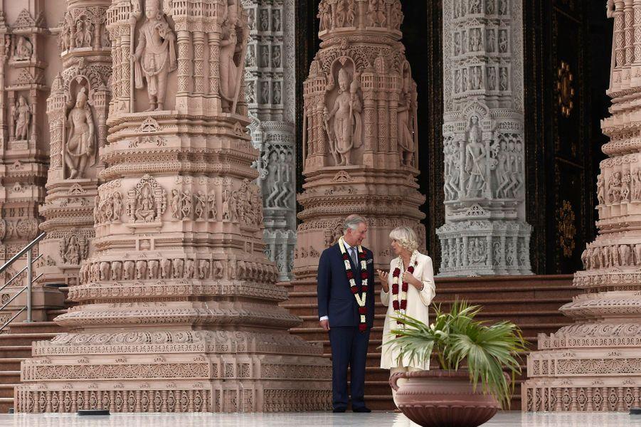 Le prince Charles et son épouse la duchesse Camilla poursuivent leur voyage de neuf jours en Inde. Ce vendredi, ils se sont rendus au temple hindou d'Akshardham à New Delhi. Ouvert en 2005, le complexe construit sur les bords du fleuve Yamunâ abrite de nombreux musées et expositions sur l'Inde et le Swaminarayan Sampraday.